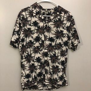H&M PALM TREE PRINT BUTTON DOWN.